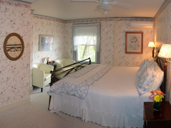 The Wellington, Maine Bed & Breakfast Room at Kingsleigh Inn